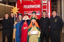 Foto: Elisabeth Wawerda, Theresa Wawerda, Michael Übl und Julia Übl mit Feuerwehrmännern der FF-Krems, zVg.