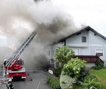 Das Einfamilienhaus wurde durch den Blitzeinschlag in Brand gesetzt. Foto: FF Krems