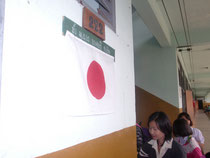 日本語クラスに掲げられた日の丸