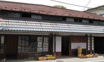 羽州街道に面した長屋門長屋(上山市十日町)