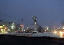 白い雪が似合うかみのやま温泉駅前