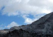 冬空の切れ間から青い空