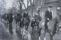 Die Reiter beim früher üblichen Umzug durch Altenrheine, zu einem internen Turnier auf einem Acker hinter der Schleuse