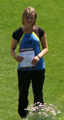 Bild:Mit einer Weite von 42,12 Meter sicherte sich Eva Herrmann (LG Reischenau-Zusamtal) den 8. Platz bei der Deutschen Jugendmeisterschaft in Jena. Foto: Thomas Herrmann