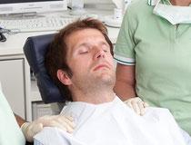 Entspannte Behandlung in Hypnose (© proDente e.V.)