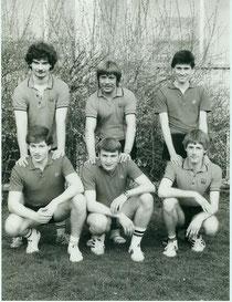 1983/84 als Verbandsliga-Gruppenerster Aufstieg in die Oberliga Mittelrhein. Obere Reihe: Ralf Ustinenko, Willi Voll, Norbert Struck, Untere Reihe: Uwe Kochs, Uli Jansen, Gerald Struck