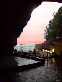 海につながる洞窟温泉!