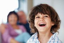 Regelmäßige Prophylaxe schützt die Zähne Ihrer Kinder vor Karies und Schmerzen. © Yuri Arcurs - Fotolia.com