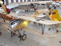 Albatros D.III in der Sammlung der Flugwerft neben Udet Flamingo und dem Otto Doppeldecker. Foto: jkob