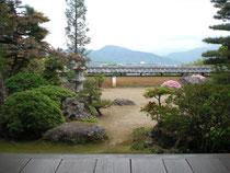 食べながら茶室から上田市街が望める