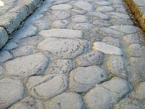 Schon zur Römerzeit waren Straßen mit Steinen befestigt; polygonales Straßenpflaster in Herculaneum nahe dem Vesuv