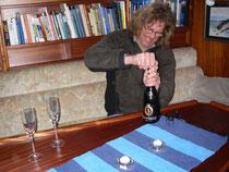 Udo öppnar flaskan