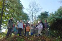 Die Teilnehmer am diesjährigen Pflegeeinsatz an der jungen Eiche, die zum Gedenken an Frau Else Grotefend gepflanzt wurde.