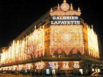 das berühmte Kaufhaus Galeries Lafayette weihnachtlich beleuchtet