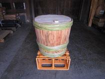 菰を巻く前の杉樽