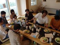 朝食の風景。朝は野菜を中心に、体にいい物を食べる。