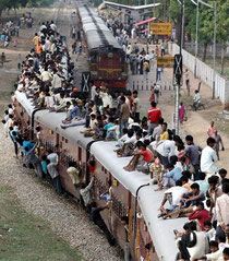 インドの電車。なんだ!この大量の人は!これじゃ、遅れるわ・・・
