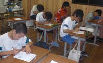 数学の小テストをがんばる塾生たち