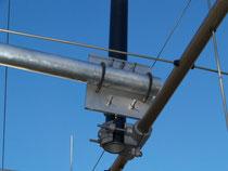 particolare della staffa di ancoraggio dell'antenna alla traversa