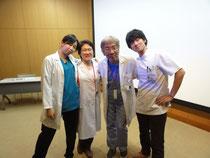 手島先生(右から二番目)と