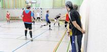 Beobachter am Spielfeldrand: Rene Hartleib (r.) schaut genau hin, wie die Schüler spielen
