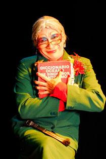 Norma Lixta con su querido diccionario. Foto de Joshua Degel.