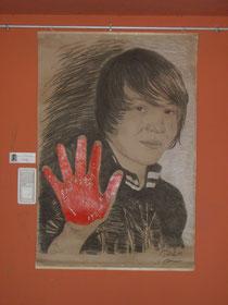 """Jonas mit der """"roten Hand"""", dem internationalen Symbol gegen den Einsatz von Kindersoldaten, so wie er sie den Läufern am Augsburger Friedensmarathon aufgedrückt hat."""