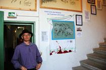 Tome vor seiner Beschneidungszeichnung in der Ausstellung