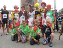 Die Rote Hand Kinder von links Michael, Jonas, Markus und Moritz mit den Spendenclownultramarathonläufern Rolf und seinen Freunden