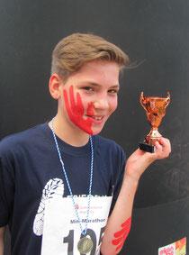 Jonas mit Roter Hand und seinem Pokal für seinen dritten Platz beim ersten Minimarathon