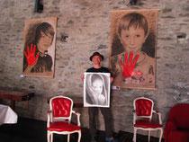 Tomé mit den Porträts von Jonas und Markus in der Schlosshalle und mit dem vor Ort gezeichneten tibetanischen Mädchen