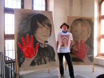 """Tomé mit den Zeichnungen von Jonas und Michi, die beim ersten Friedensmarathon in Augsburg 2011 bei der """"Rote Hand"""" - Aktion dabei waren auf der Perlachturmplattform """"Wendy´s Corner""""."""