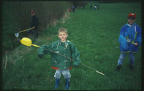 Gewässeruntersuchung durch Jugendgruppe