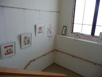 階段の作品展示場
