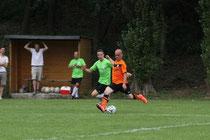Eher am Ball als sein Recklinghäuser Gegenspieler ist Horneburgs Isa Gülsen. Foto: Andre Hilgers