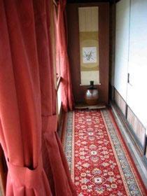 古民家民宿千屋アウトドアハウスの廊下は絨毯を引いて、冬の準備。
