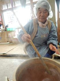 先輩が鍋の面倒を見てくれてます☆たれが段々濃い色に変わってとろみが付いてきてます