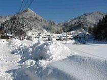 古民家民宿千屋アウトドアハウスから臨む雪をかぶった剣山。
