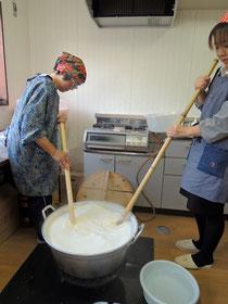 この日は寸胴鍋がなく、この形の鍋で煮ました。