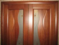 Межкомнатные остеклённые двери с декоративными элементами, выполненными по технологии фьюзинга.