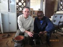Auswahl und Bau der Kochherde in einer Werkstatt in Kpalime (Togo, 2012)