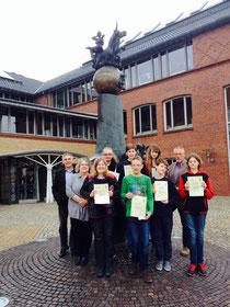 Überreichung der Urkunden vor dem Gymnasium in Sulingen