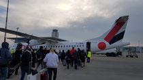 """Mit diesem Flugzeug flog ich nach Paris und dann in einem ähnlich """"grossen"""" Flugi nach Biarritz. Mit dem Bus nach Bayonne und dann mit dem Zug nach Saint Jean Pied de Port."""