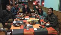 1 Tisch, 6 Menschen, 6 Nationalitäten: Lettland, Korea, Spanien, Chile, Ungarn, Schweiz