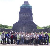 die Chormitglieder vor dem Völkerschlachtdenkmal