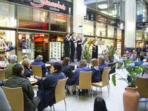 bei dem Wandelkonzert lauschen auch viele Chormitglieder