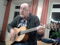 Hartmut kann nicht nur singen sondern auch Gitarre spielen - Foto: HPD