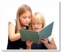Bambine che leggono un libro