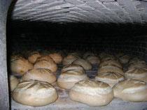 Four à bois - cuisson du pain en cours