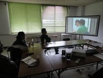 ドキュメンタリー番組を視聴する参加者